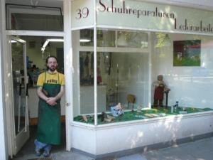 Jürgen Bruhn vor seinem Laden