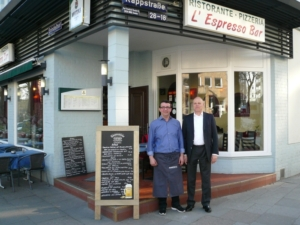Valentino Diaconita und ich vor der L' Espresso Bar am Grindelhof