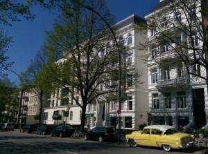 Weißes Haus und gelbe Limousine