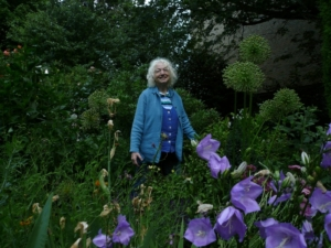 Rosemarie Lehmann in ihrem Garten