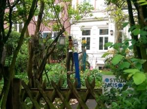 Kunstvoller Garten mit elegantem Paar