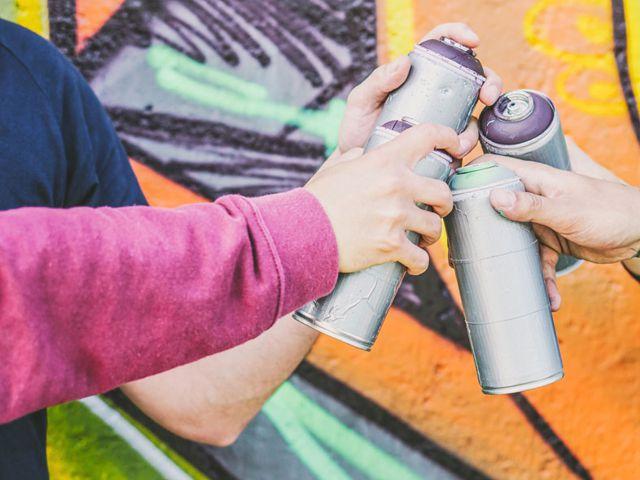 Mehfamilienhäuser sind durch Graffitis verunziert