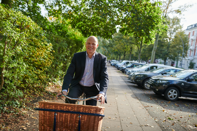 Wolfgang Philipp auf einem Fahrrad mit Korb unterwegs im Viertel Hamburg-Rotherbaum